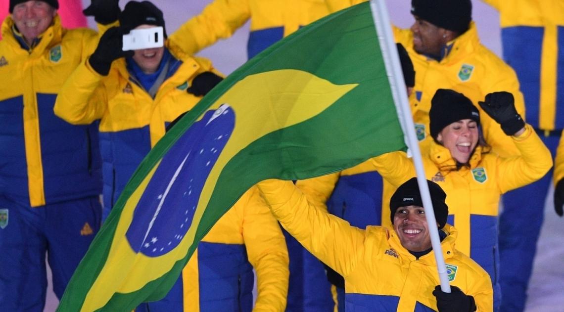 Edson Bindilatti foi o porta-bandeira da delega��o do Brasil