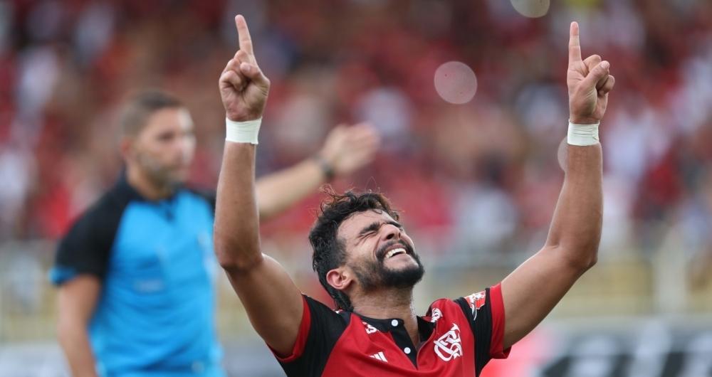 Estreia com o p� direito: Dourado comemora o primeiro gol com a camisa do Flamengo