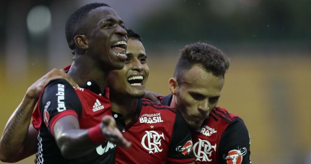 Vinicius Júnior e Everton comemoram o terceiro gol do Flamengo, na vitória sobre o Botafogo, em Volta Redonda