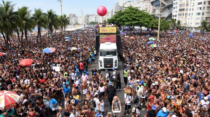 Bloco da Favorita arrastou 700 mil foli�es em Copacabana este ano