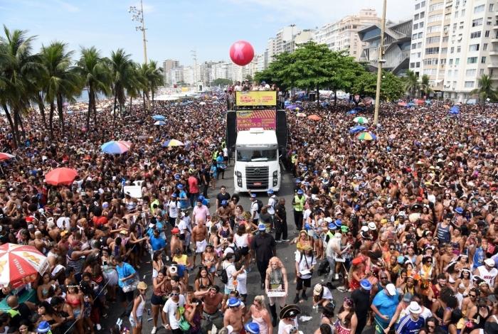 Bloco da Favorita arrastou 700 mil foliões em Copacabana este ano