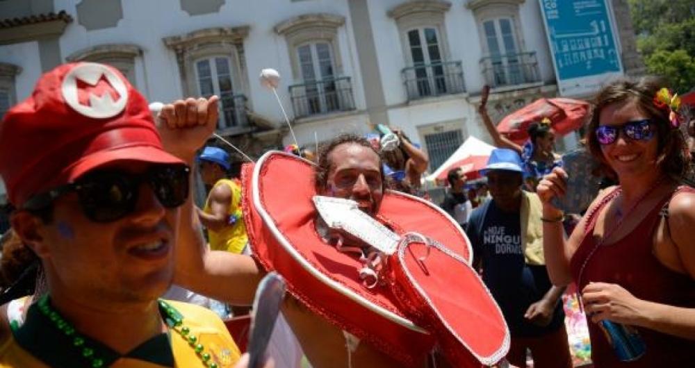 O bloco Cord�o do Boitat� anima foli�es no tradicional baile multicultural na Pra�a XV