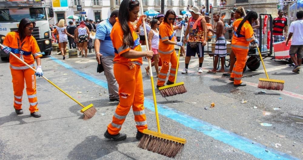 Comlurb recolhe toneladas de lixo no segundo dia de Carnaval carioca