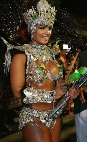 Milena Nogueira � a rainha de bateria do Imp�rio Serrano