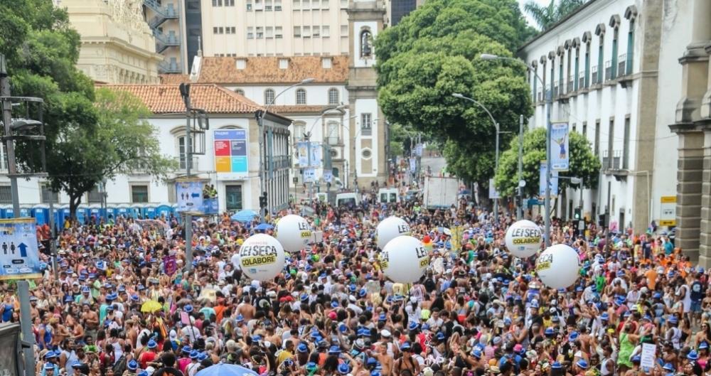 Foli�es curtem bloco AfroReggae no Centro do Rio