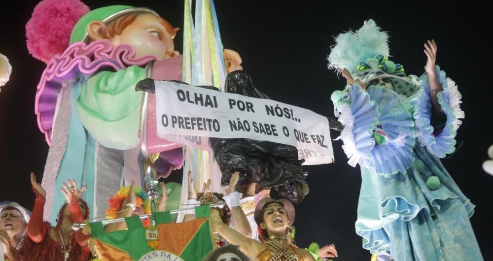 Mangueira levou protesto contra a prefeitura para a Sapucaí