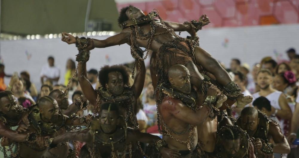 Comiss�o de frente da Tuiuti criou cena impactante com escravos acorrentados. Escola levantou o p�blico e foi muito elogiada no dia seguinte