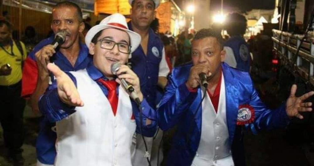 Com total apoio da família, Enzo Belmonte é compositor bicampeão de samba-enredo na Vizinha Faladeira, que desfila hoje. Entrada franca