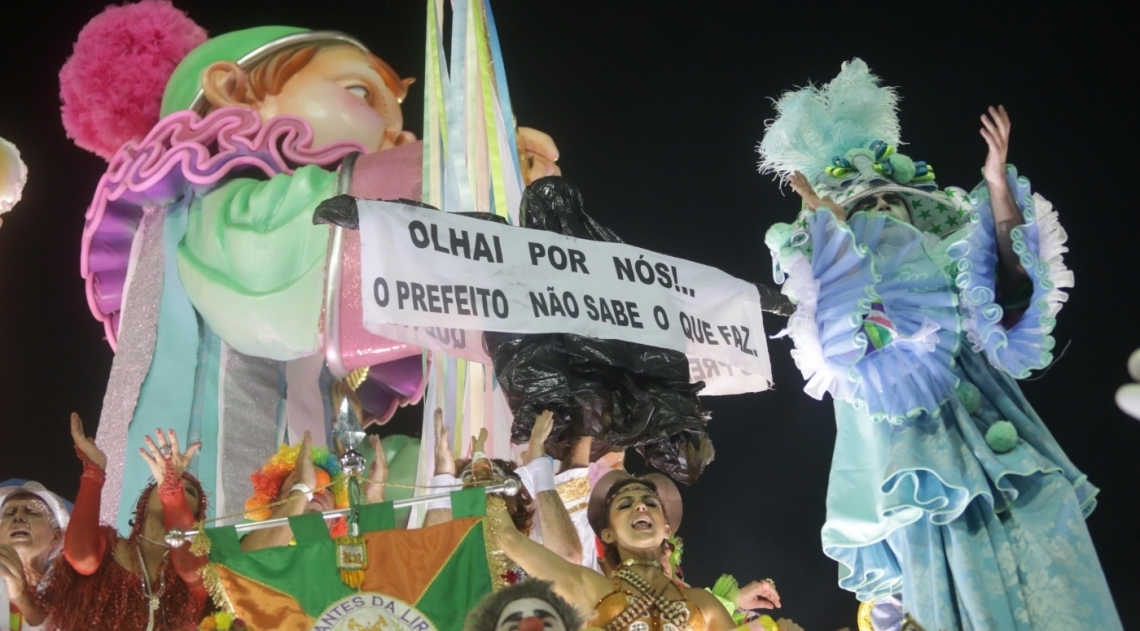 Carnaval 2018 - Desfile das escolas de samba do grupo especial na Marques de Sapucaí. G.R.E.S Estaçào Primeira de Mangueira e os carros protesto contra o prefeito Marcelo Crivela