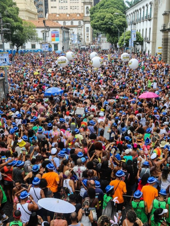 Foliões curtem bloco AfroReggae no Centro do Rio