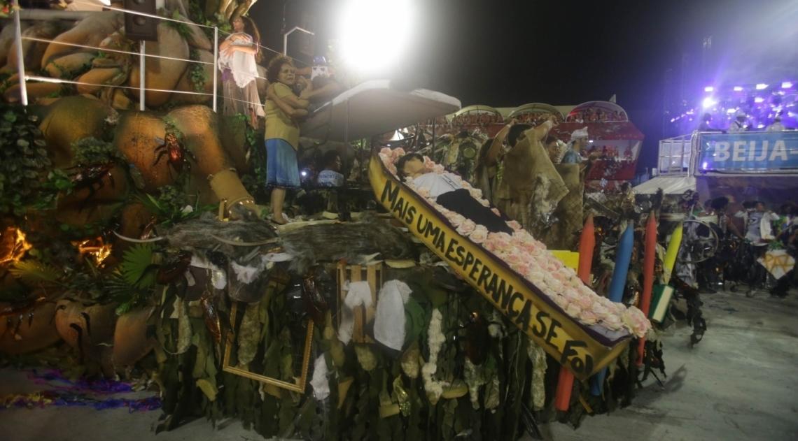 Beija-Flor leva série de críticas à política brasileira para a Sapucaí
