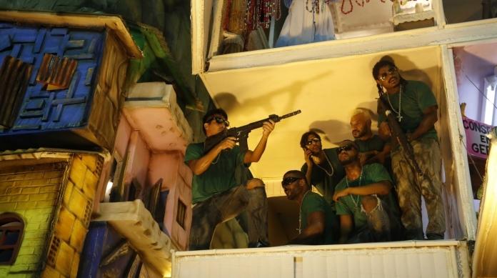 A viol�ncia que apavora moradores de comunidades carentes foi teatralizada pela Beija-Flor