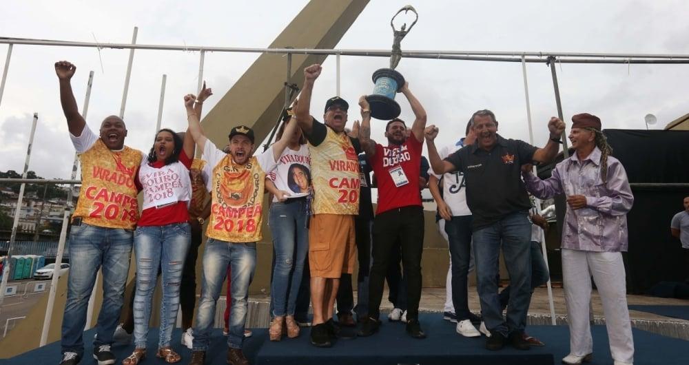 Integrantes da Viradouro fizeram a festa com o trof�u ap�s a apura��o na Marqu�s de Sapuca�. Escola homenageou os g�nios da cria��o