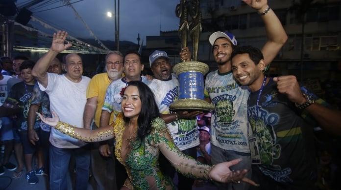 A Rainha de Bateria Ra�ssa Oliveira comemora a chegada da ta�a a Nil�polis: samba-enredo fez a diferen�a