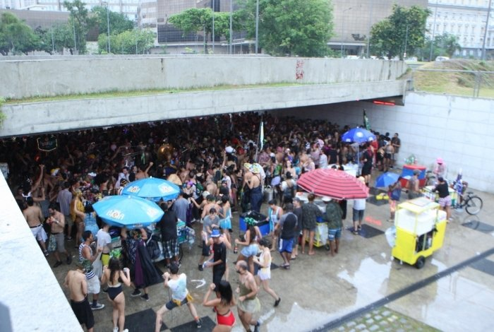 Multidão participa de Tecnobloco e interdita ruas da cidade