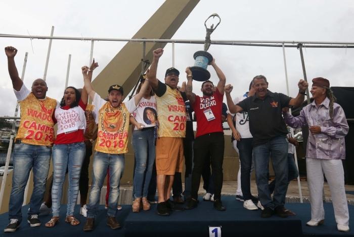 Integrantes da Viradouro fizeram a festa com o troféu após a apuração na Marquês de Sapucaí. Escola homenageou os gênios da criação