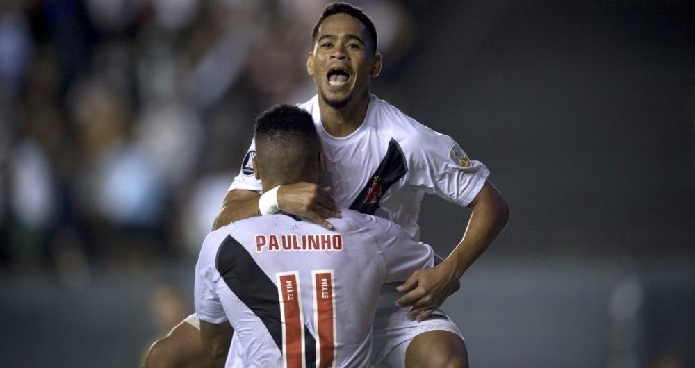Pikachu, lateral do Vasco, festeja gol diante do Jorge Wilstermann, em S�o Janu�rio