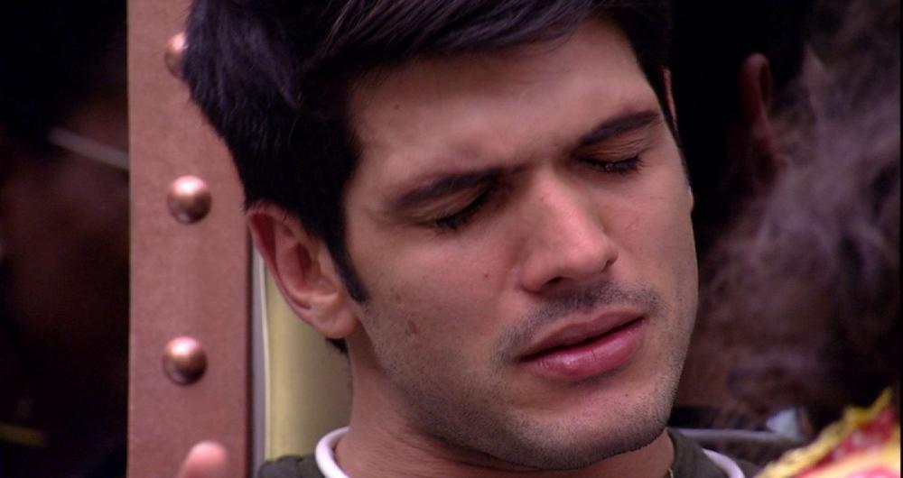 Lucas chora com as cr�ticas de Caruso