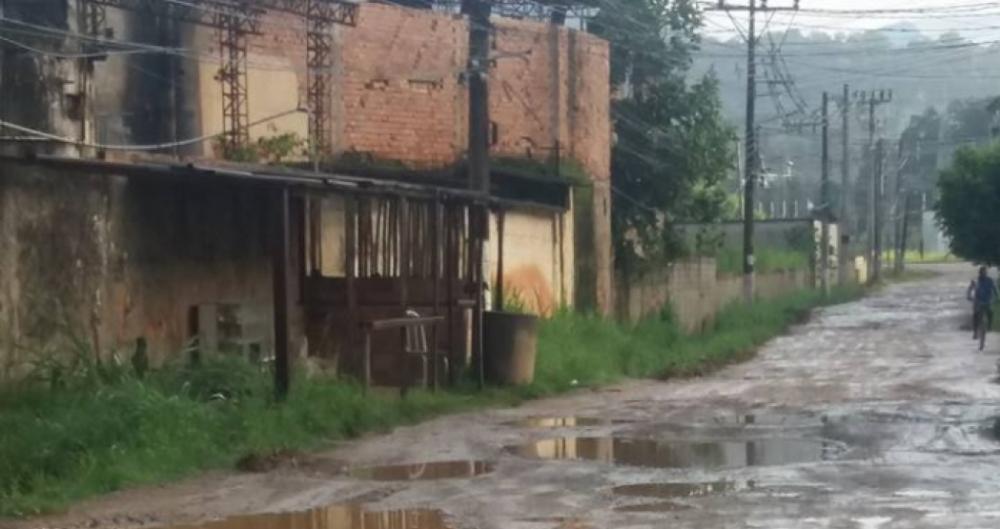 Ruas de Adrian�polis ficam cheias de po�as d'�gua quando chove
