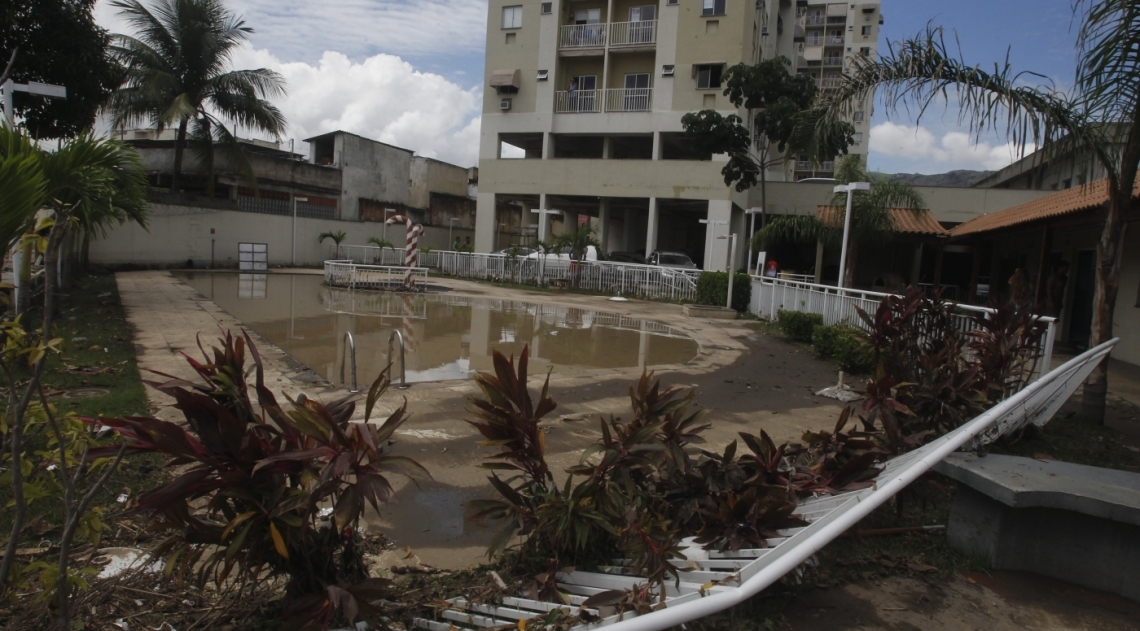 Muro de condomínio em Cascadura desabou por causa da tempestade.