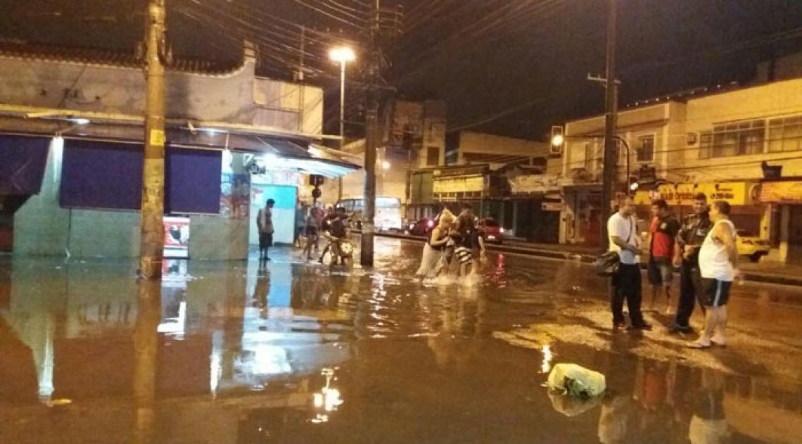 Houve alagamentos na esquina da Rua Sousa Cerqueira e da Avenida Suburbana, em Piedade