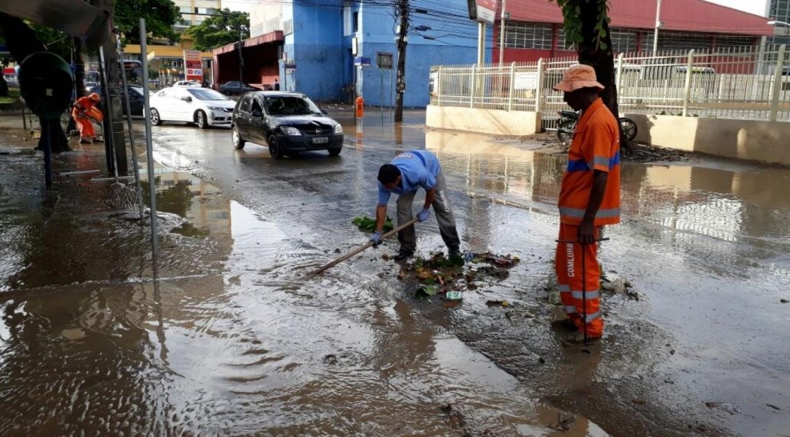 Funcion�rios da Comlurb desobstruem bueiros ap�s alagamento na Taquara
