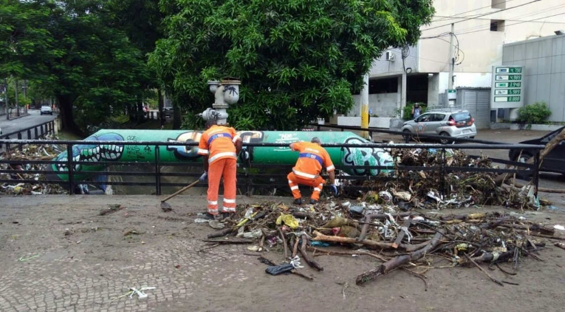 Garis tiram peda�os de galhos no Rio Maracan�, que transbordou durante o temporal