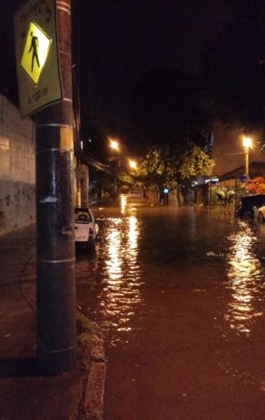 Temporal alagou as ruas de Vila Isabel na madrugada desta quinta-feira