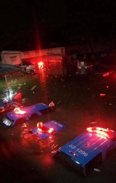 Viaturas da PM em Rocha Miranda ficaram submersas ap�s o temporal