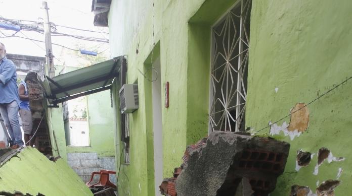 Desabamento de muro em vila causou duas mortes em Quintino: um taxista e uma cuidadora de idosos