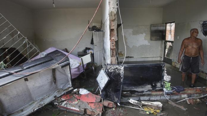O aposentado Albertino Rodrigues, morador de Rocha Miranda, perdeu tudo em casa ap�s a enchente