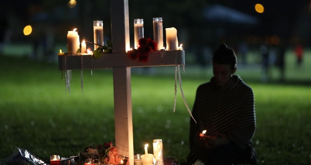 Milhares de pessoas fazem vig�lia em homenagem �s v�timas de atirador em col�gio na Fl�rida