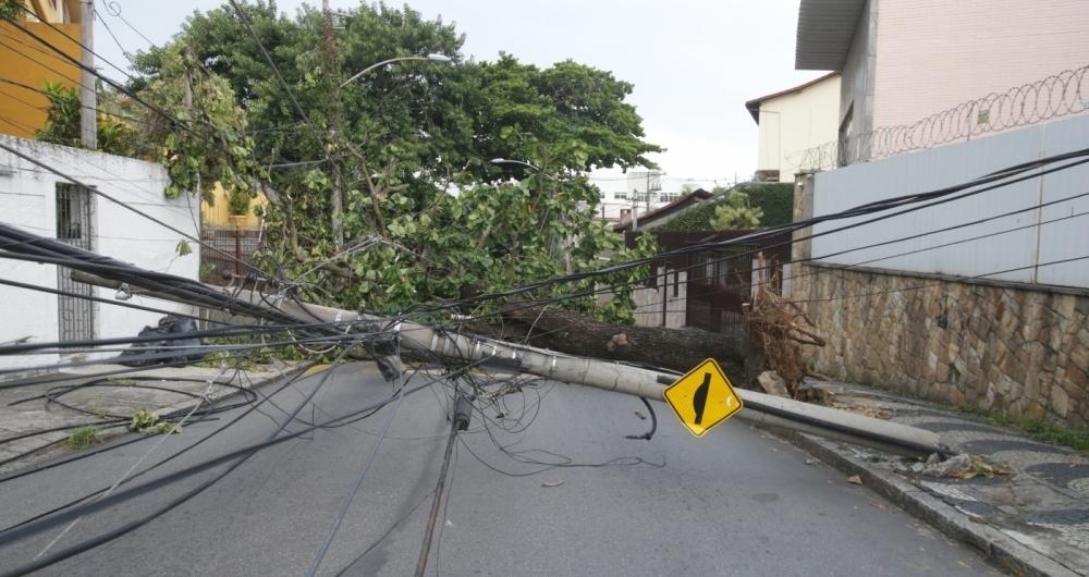 Poste caído após o temporal: vários bairros ficaram sem luz