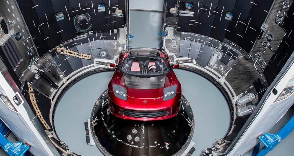 O Roadster (2008) foi o primeiro ve�culo produzido pela Tesla. Convers�vel foi modificado para o lan�amento