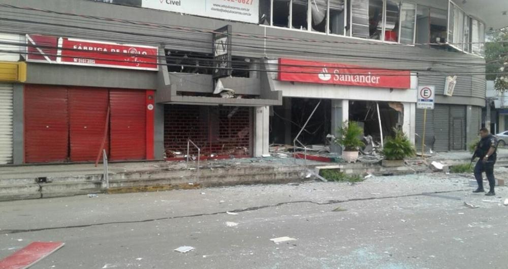 Cenário de destruição: Banco Santander ficou completamente destruído após explosão por criminosos