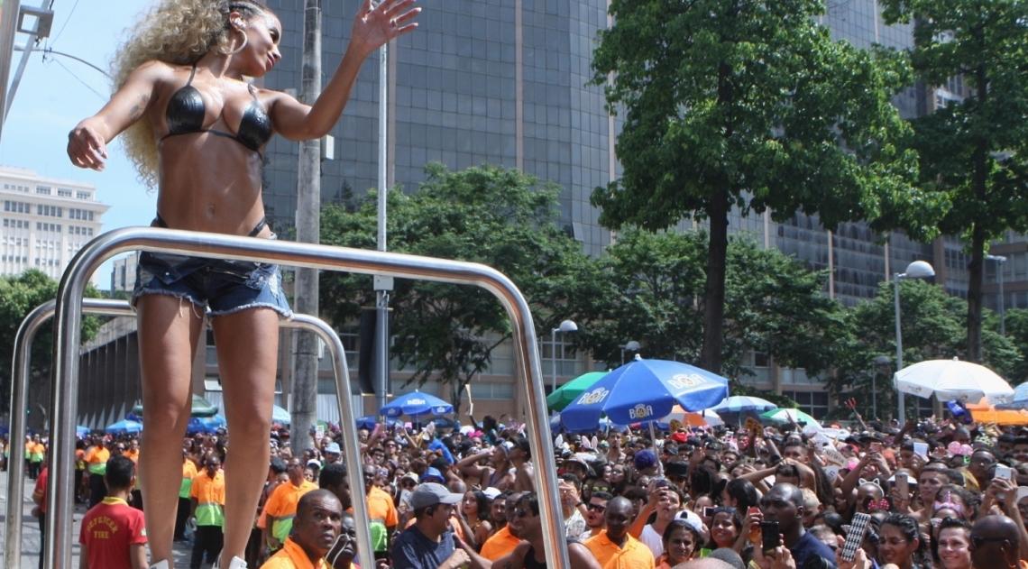 Anitta desfilou com o seu Bloco das Poderosas pelas ruas do Centro