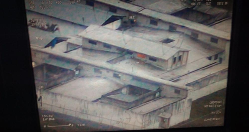 Imagem a�rea mostrou presos armados no lado externo da unidade