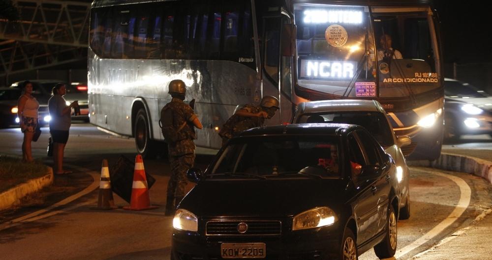 Exército inicia patrulhamento e montagem de barreiras em alguns pontos do Rio de Janeiro