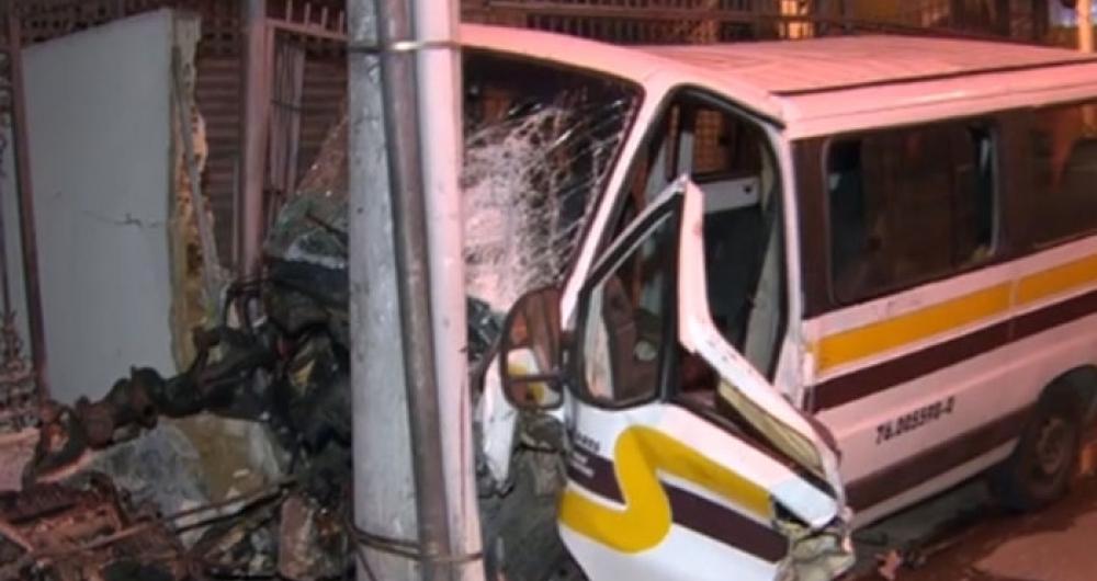 Van colidiu contra poste em S�o Crist�v�o e deixou oito feridos