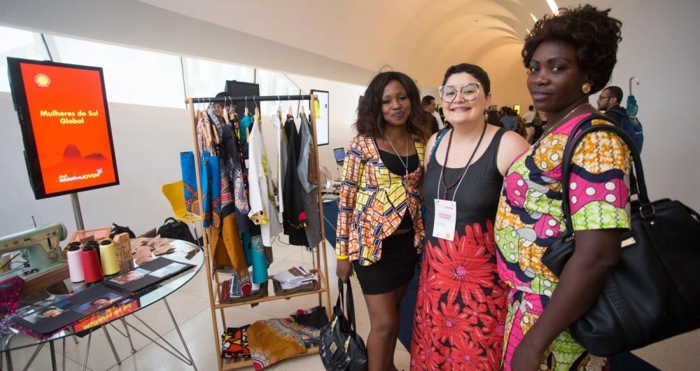 Emanuela, vencedora do pr�mio do ano passado, criou um ateli� voltado para costureiras refugiadas, que j� conta com dez funcion�rias