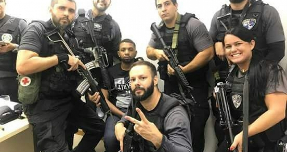 Policiais que prenderam Rogério 157 em 6/12/2018 fazem foto com o preso algemado.