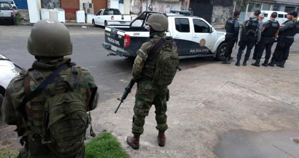 Forças Armadas fazem operação na favela do Kelson's na manhã desta terça-feira