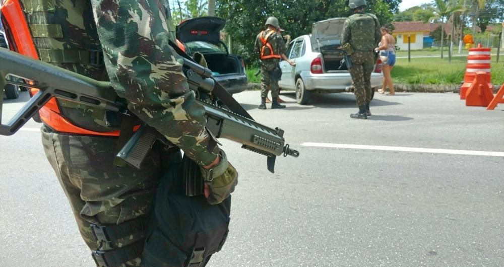 Militares do Exército fazem operação na divisa entre os municípios de Angra dos Reis e Paraty, no Sul Fluminense, nesta terça-feira