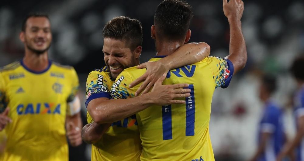 Aquele abra�o! Diego comemora com Lucas Paquet�: os dois balan�aram a rede na goleada de ontem