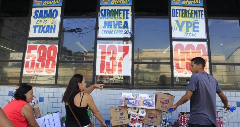 Clientes aproveitam as promo��es no Supermercado Guanabara, no Engenho de Dentro