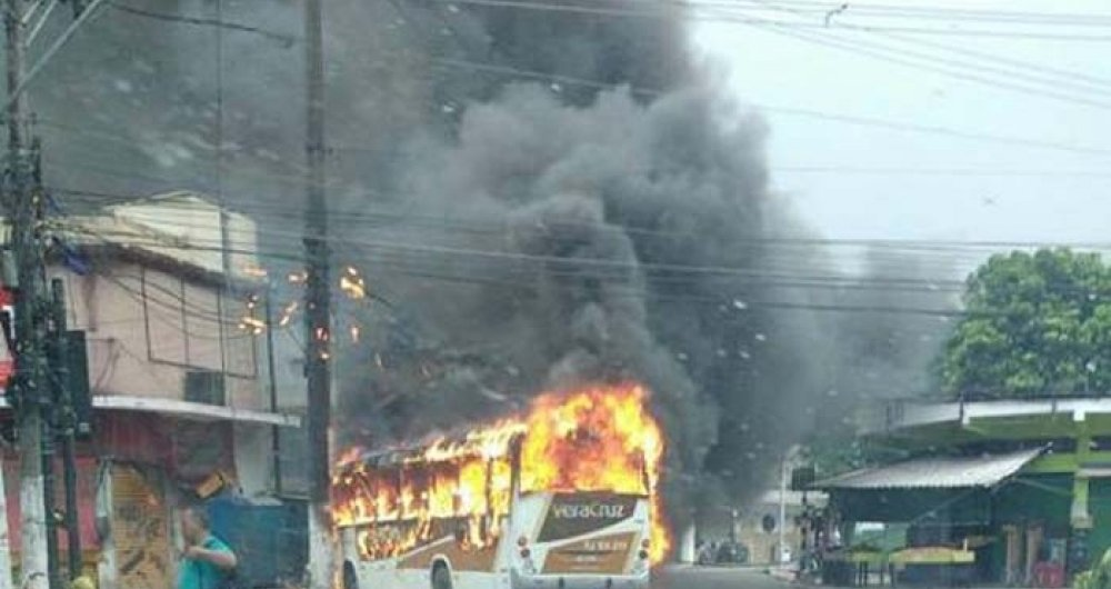 Moradores atearam fogo durante uma manifesta��o na comunidade Santa L�cia, em Duque de Caxias