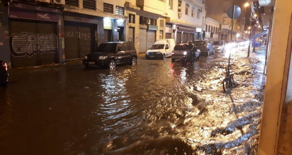 Rua Andr� Cavalcante, na Lapa, ficou alagada