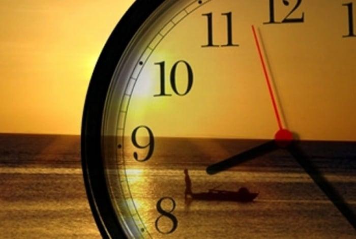 Relógios devem ser atrasados na meia-noite deste sábado