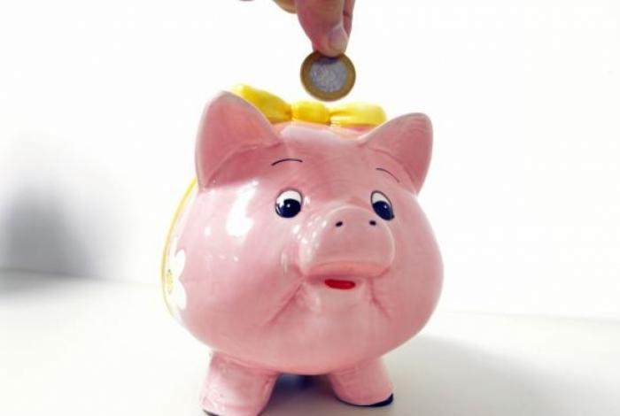 Quem não tiver um porquinho pode guardar as moedas em garrafa pet, que serve como um bom cofrinho
