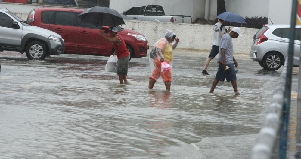 Chuvas continuam a castigar o Estado do Rio de Janeiro. No centro da cidade de Niteroi,muitos engarrafamentos, chuva e  tempo nublado. fotos na Jansem de Melo altura de quando muda de nome para Marqu�s do Paran�.